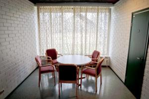 Lampilan pohjakerroksessa on myös pieni pöytä ja 5 tuolia.