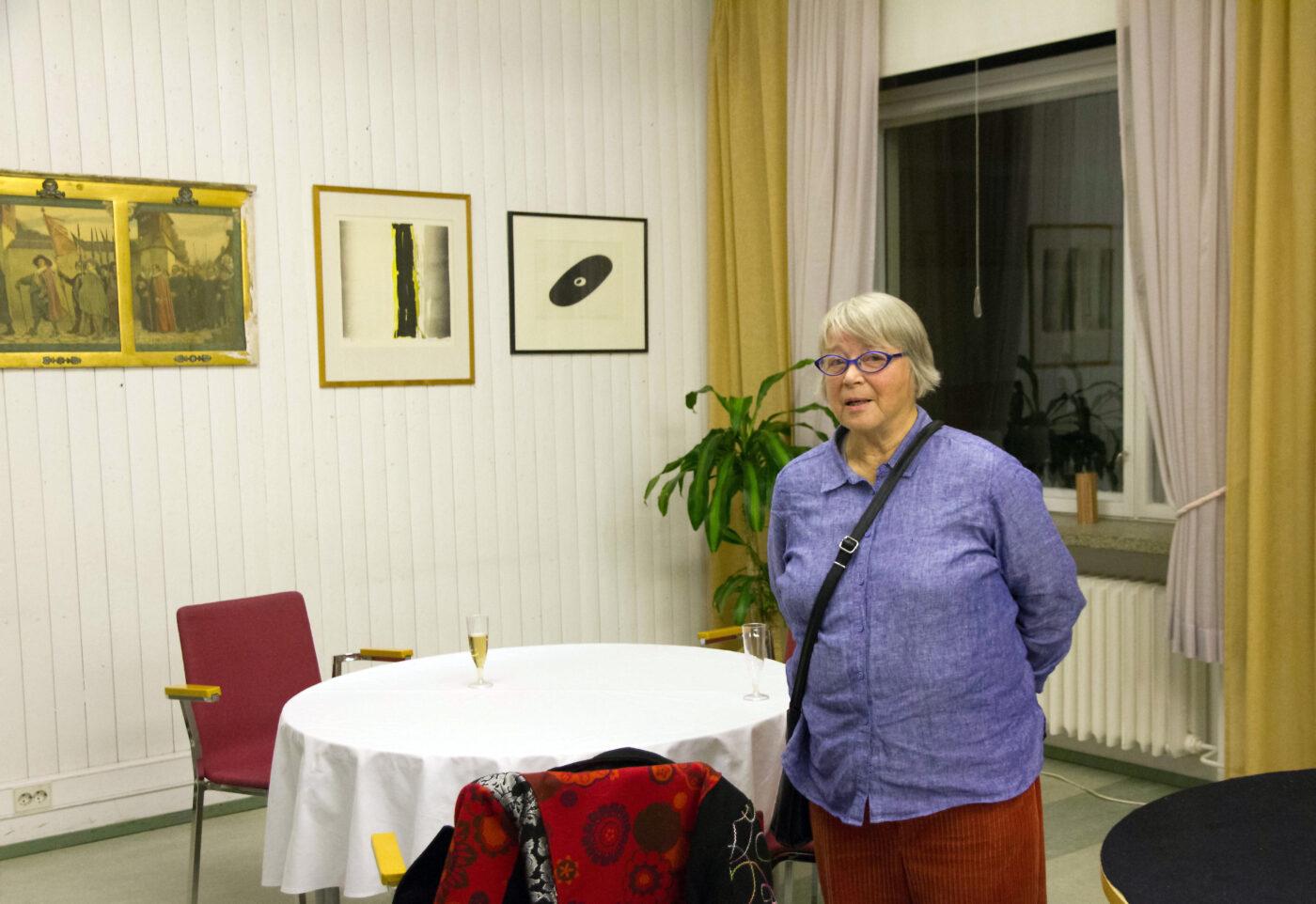 Elsa Ytti esittelee Taideteoksia Oriveden Kampuksella